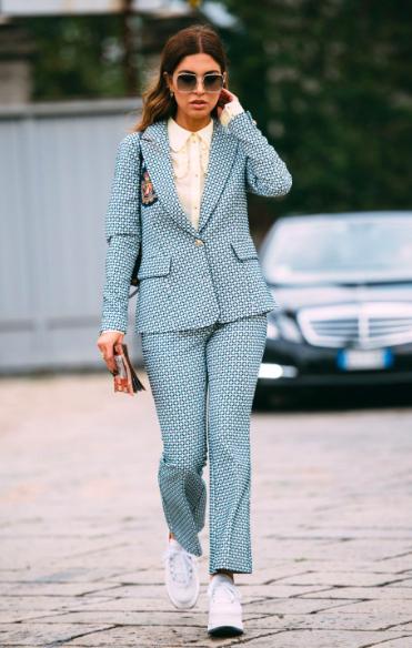 El pijama look sigue in y este conjunto en tonos azul pastel estampado es perfecto para los días de frío. Combínalo con unos tenis blancos y serás la estrella de la pasarela urbana.
