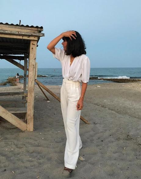 Todo blanco. All white look. No hay nada más elegante que mezclar este tono de pies a cabeza. Un pantalón blanco con una camisa vaporosa blanca y serás la reina de la elegancia.