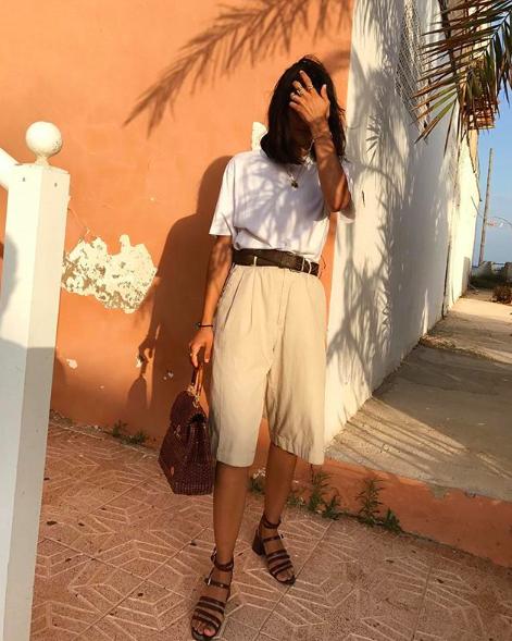 Los shorts khakis son perfectos y clásicos. Los puedes combinar con una tshirt blanca, una bolsa café y sandalias de trabas.