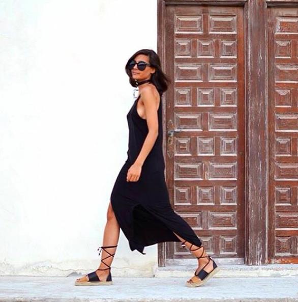 El vestido negro siempre es un clásico. Este vestido negro vaporoso combinado con unas alpargatas es perfecto. No te olvides de los lentes de sol extra grandes.