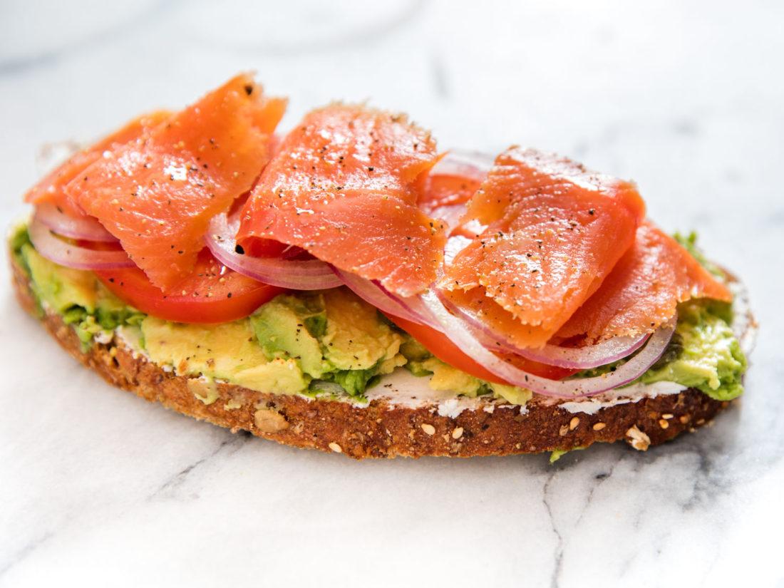 Avocado toast, avocado toast con salmón, tostada de aguacate, recetas de aguacate, recetas con aguacate, Ideas para desayunar, ideas fáciles de desayuno, recetas fáciles, recetas fáciles y rápidas,