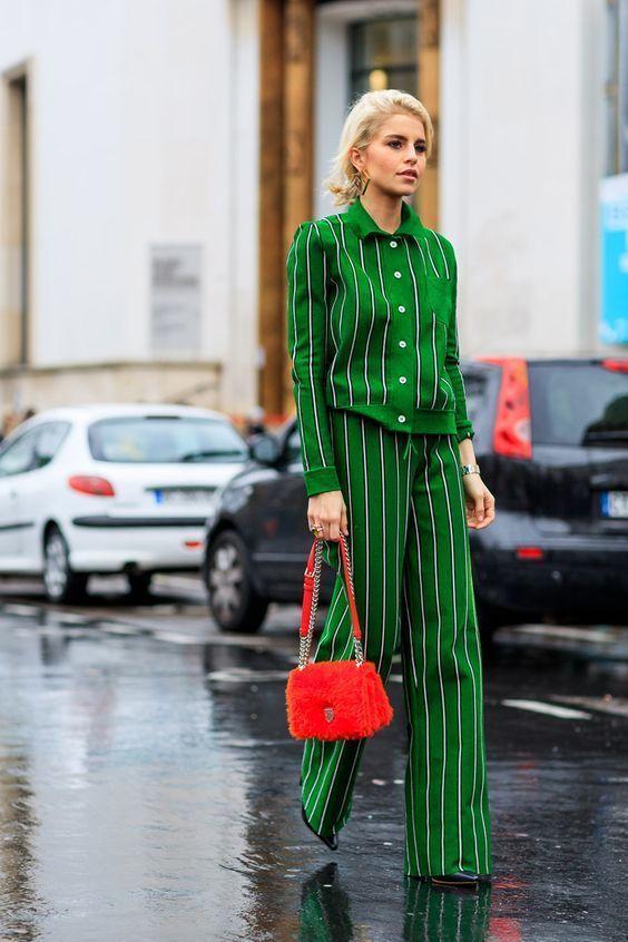 Look pijamero de dos piezas verde con print de rayas.