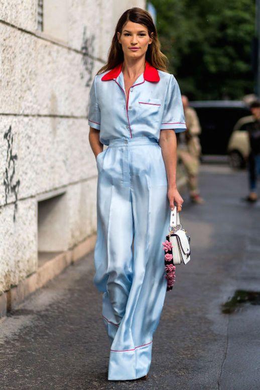 Look pijamero de dos piezas de color azul cielo con cuello y detalles rojos, el peinado es suelto despeinado dandole un toque casual a la modelo.