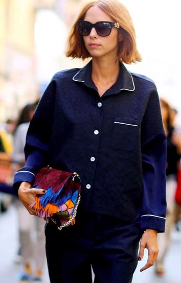 Look pijamero de dos piezas color azul marino que hace juego con una bolsa de colores y peinado corto.