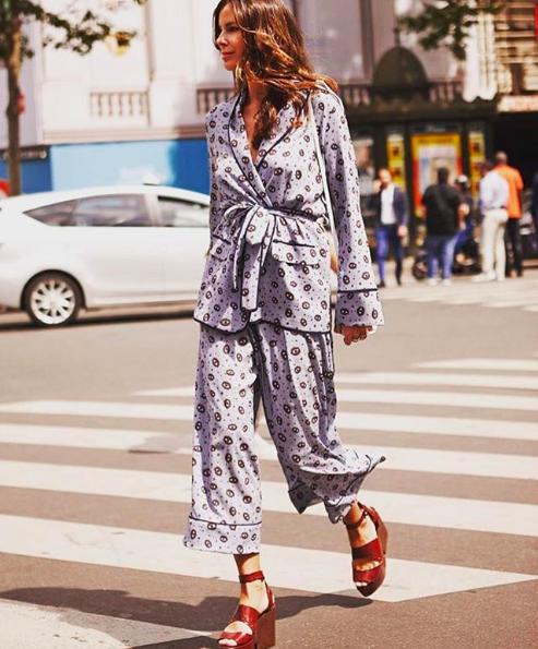 Look pijama street style de dos piezas con tacones de terciopelo rojo.