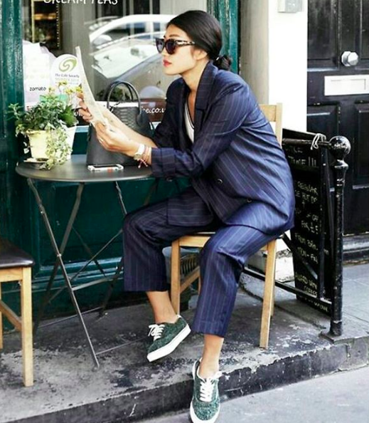 Traje de dos piezas con rayas tipo pijama. El toque street style se lo dan los tenis y el peinado de chongo.