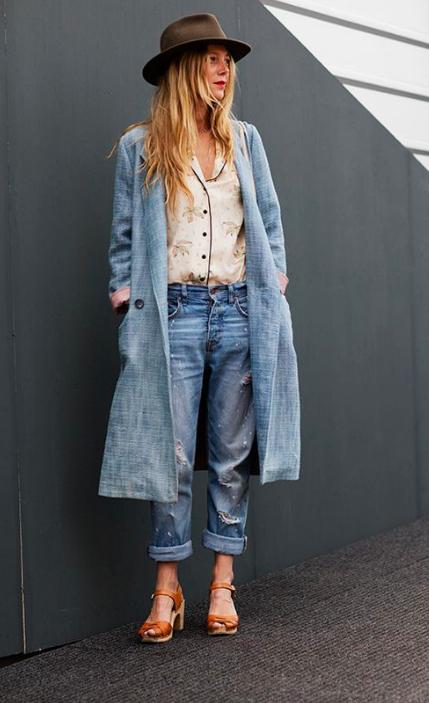 Look streetstyle: Pijama top con jeans, abrigo largo y sombrero.