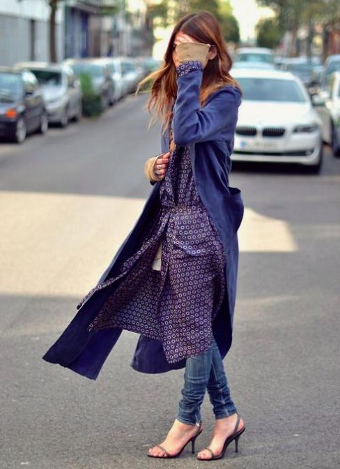 Look pijamero de bata y jeans con tacones de punta para lograr un streetstyle.