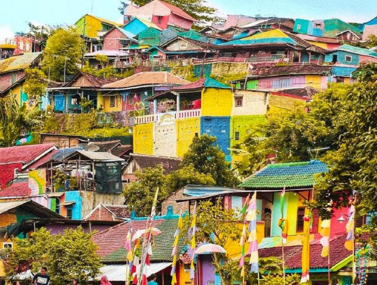 Kapmpung Pelangi pueblo arcoíris lleno de color. Obras de arte en la calle. Casas pintadas,