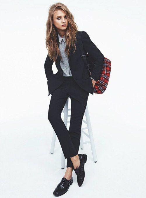 look para entrevista de trabajo , traje sastre con mocasin, camisa, traje sastre, mocasin, traje azul marino, look cool, elegante y casual.