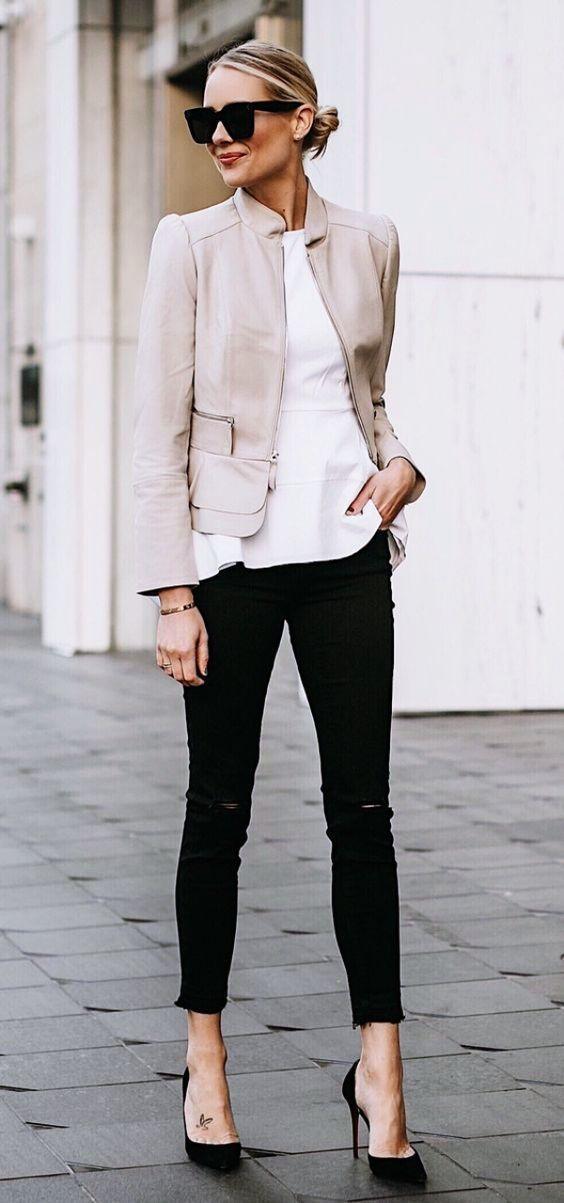 pantalón negro, camisa blanca y saco beige. Look elegante y casual