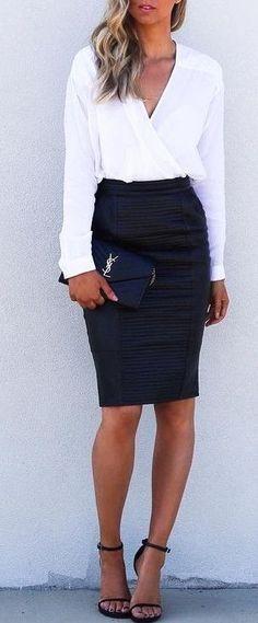look para entrevista de trabajo , falda negra de piel, camisa blanca y cluch negro. look con falda en tubo. outfit elegante, femenino y casual.