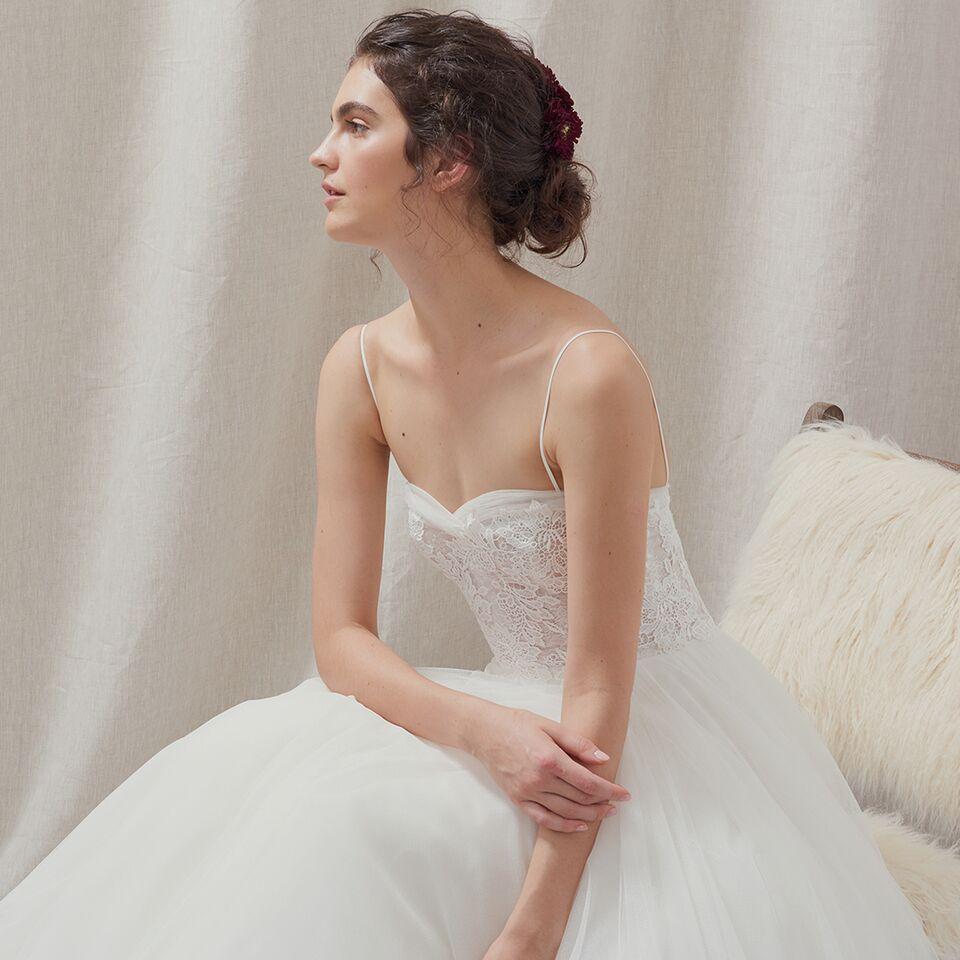 Vestido de novia strapless con encaje.