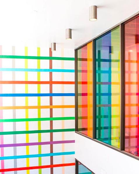 pared de colores en la exposición de Color Factory y que dan ideas para decorar la casa con una amplia de gama de colores.