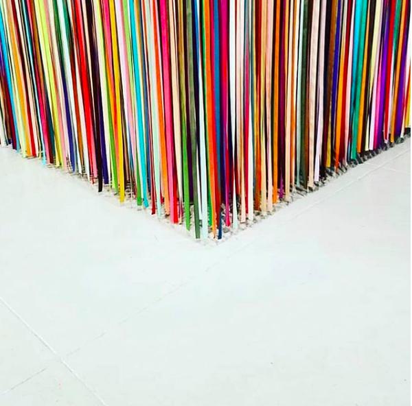 tiras de colores que se utilizan para la exposición de Color Factory, ideas para decorar una fiesta o una casa.