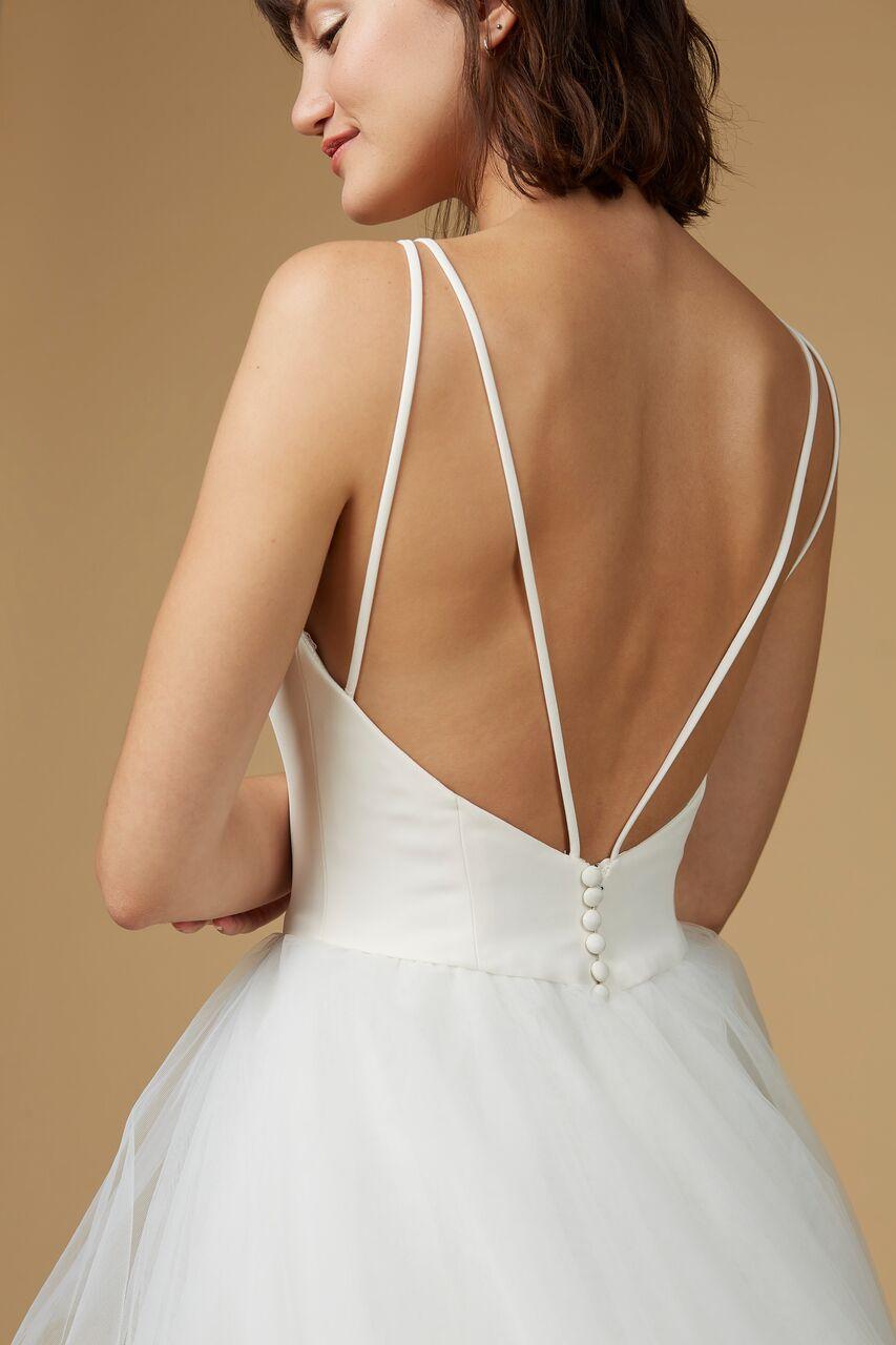 Vestido de novia con espalda abierta y caída de princesa con tul.