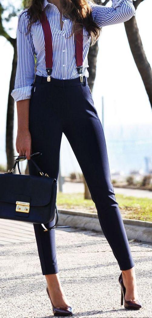look para entrevista de trabajo , look con tirantes para mujer, pantalón con tirantes, pantalón azul con camisa de rayas azul. look elegante y casual.