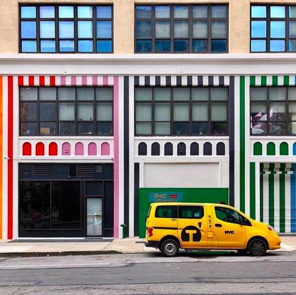 Una fachada de colores en Nueva York debido a la exposición de Color Factory donde se muestra la gama de colores de la ciudad.
