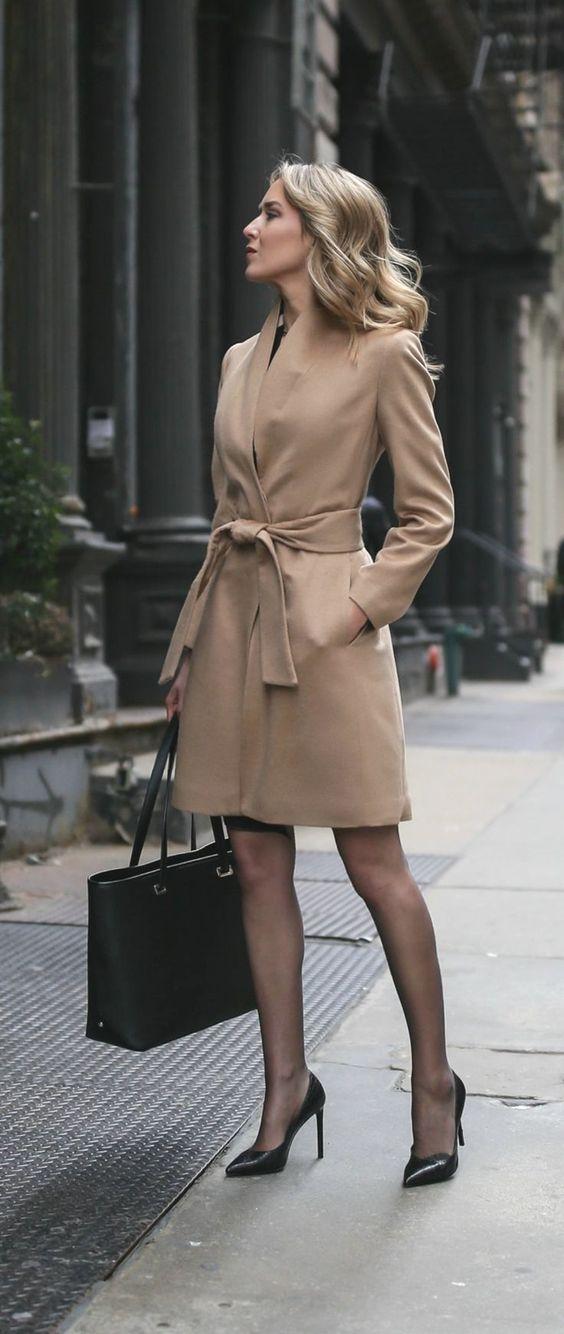 look para entrevista de trabajo , abrigo largo con vestido, abrigo beige, look formal, elegante, casual.