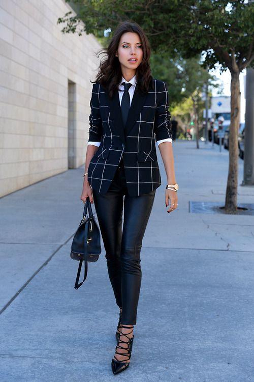 look para entrevista de trabajo , look con corbata para mujer, saco de cuadros escoceses, pantalón de piel, zapato de tacón de pico.