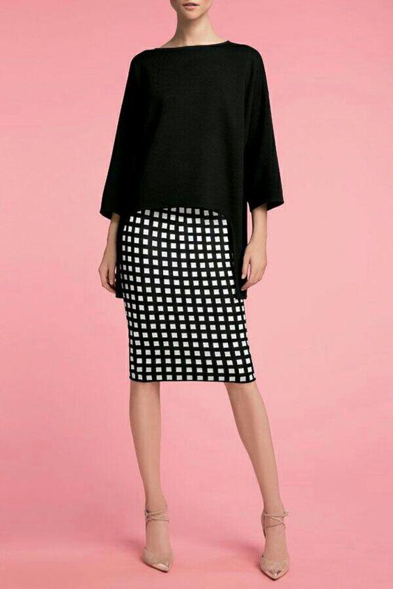 look para entrevista de trabajo , look elegante con falda de tubo de cuadros blancos y negros, camisa negra.