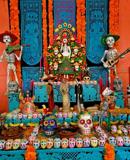 Altar de muertos mexicano, altar de muertos colorido, ideas creativas para hacer un altar de muertos.