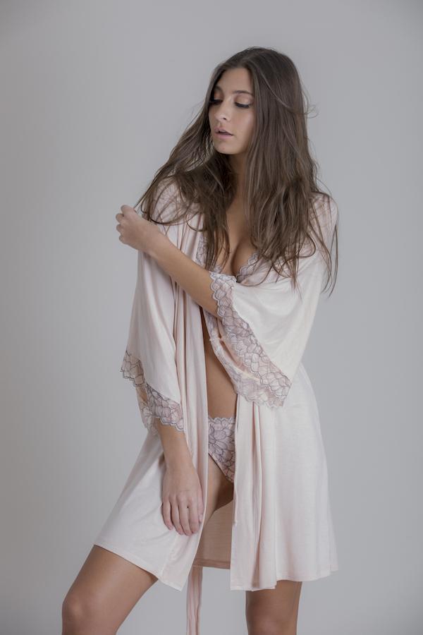 lencería femimenina y sexy en colores claros con seda y encaje Minaci