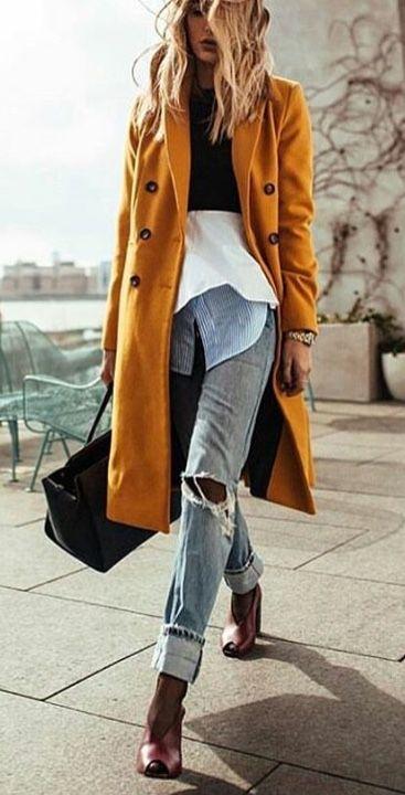 look de otoño, look entretiempo, look casual, look para el frío, ootd, fall looks, ropa de otoño, outfit otoño, ropa otoño, casual look, abrigo largo mostaza, look con capas, mom jeans, jeans con camisa, botines.