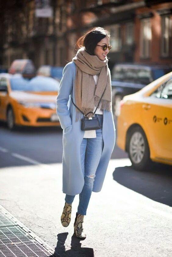 look de otoño, look entretiempo, look casual, look para el frío, ootd, fall looks, ropa de otoño, outfit otoño, ropa otoño, casual look, abrigo largo azul claro, abrigo y bufanda, jeans y abrigo largo, abrigo entretiempo.
