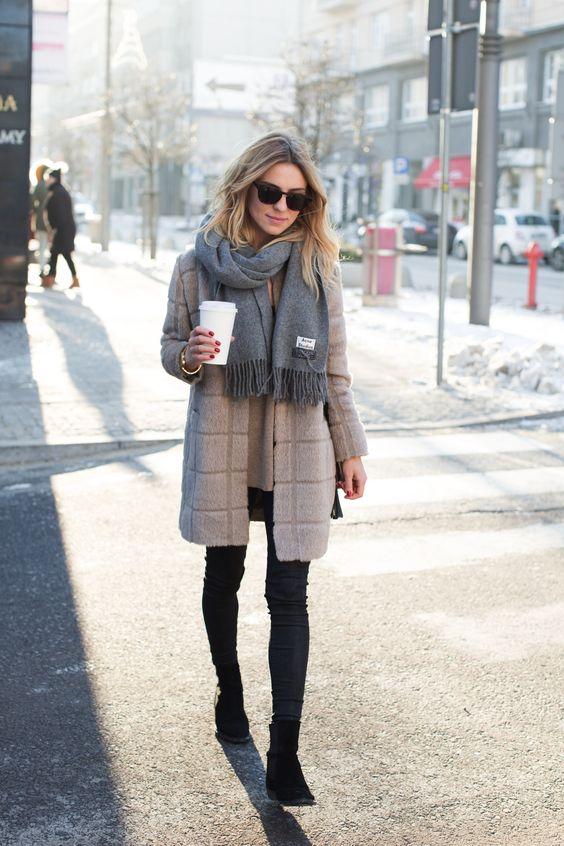look de otoño, look entretiempo, look casual, look para el frío, ootd, fall looks, ropa de otoño, outfit otoño, ropa otoño, casual look, abrigo de cuadros, abrigo largo, jeans negros, bufanda, look casual otoño.