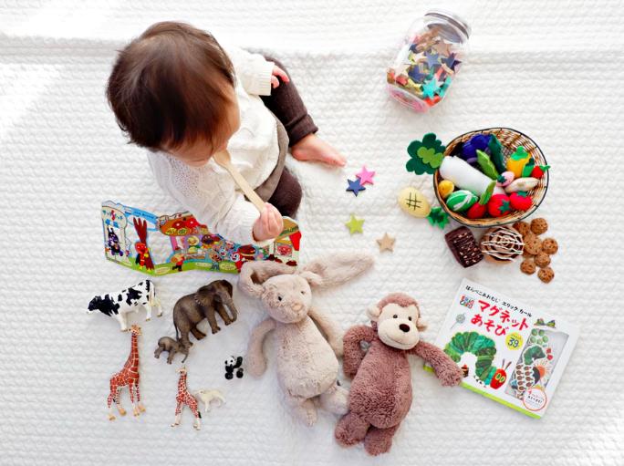 Suscripciones para compartir juguetes, ideas rústicas para el cuarto de los niños, estadísticas de nacimiento, búsqueda del tesoro, narración de cuentos en audio, cunas mecedoras inteligentes, niños y padres, tendencias niños y padres, familia moderna.