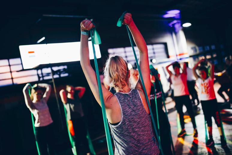Ejercicio con bandas, tendencia en ejercicio, ejercicios con bandas, bandas elásticas, ejercicio rápido y fácil, hábitos saludables, tips para hacer ejercicio, tips para mantener estilo de vida saludable, fitness, fit girl.