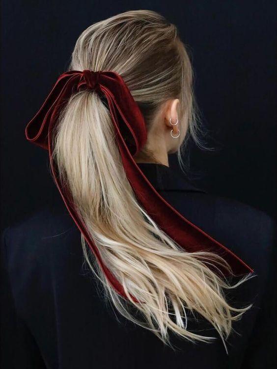 Ideas de colas de caballo, colas de caballo originales, Cómo usar listones en el pelo, peinados, ideas de peinados diferentes, Listón en el pelo, ribbon trend, lazos en el pelo, hairstyle trend, beuty trend, tendencias de belleza, ideas para usar listones en el pelo, ideas para usar listón en el pelo, peinados, ideas de peinados, ideas de peinados casuales.